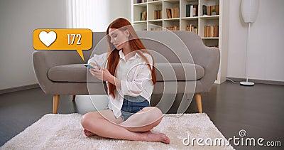 Κοντινό πορτρέτο μιας χαριτωμένης καυκάσιας κοκκινομάλλα που στέλνει μηνύματα για να κάνει τις αγαπήσεις της στα μέσα κοινωνικής  φιλμ μικρού μήκους