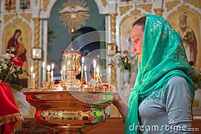 Κορίτσι με ένα κερί.