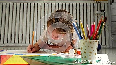 Κορίτσι με τη ζωγραφική watercolor μπλε ματιών απόθεμα βίντεο