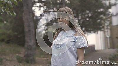Κορίτσι περπατάει στο πάρκο απόθεμα βίντεο