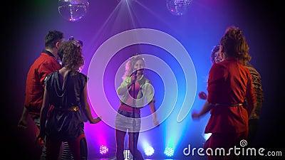 Κορίτσι που αποδίδει στη σκηνή ως χοροί ακροατηρίων στο στούντιο καπνού απόθεμα βίντεο