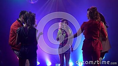 Κορίτσι που αποδίδει στη σκηνή ως χοροί ακροατηρίων στο στούντιο καπνού μεγάλα αντικείμενα ελέγχων ιστορικού περισσότερο ο άλλος  φιλμ μικρού μήκους