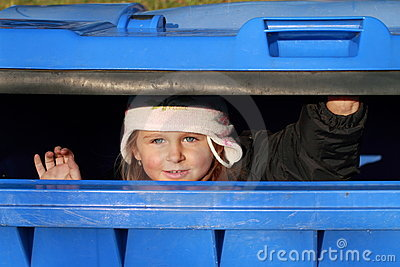 κορίτσι που κρύβει ελάχι&s