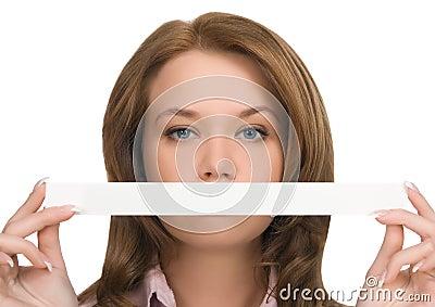 κορίτσι το κρύβοντας στόμ&alp