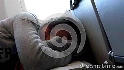 Κουρασμένος tween ύπνος κοριτσιών στο αεροπλάνο απόθεμα βίντεο