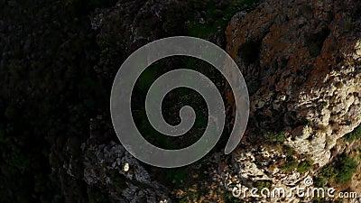 Κουρβέλλος, ένας φυσικός πέτρινος οβελίσκος κοντά στο χωριό Λευκάρα Περιφέρεια Λάρνακα, Κύπρος απόθεμα βίντεο