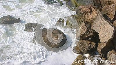Κυματωγή στους παράκτιους βράχους απόθεμα βίντεο