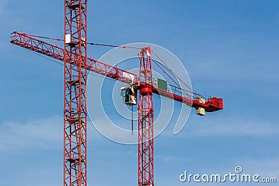 Κόκκινος γερανός στο μπλε ουρανό
