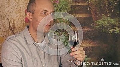 Κόκκινο κρασί κατανάλωσης ατόμων winemaker από το γυαλί Πιό sommelier δοκιμάζοντας κρασί ατόμων κοντά επάνω Παρουσιάστε ότι οι αν απόθεμα βίντεο