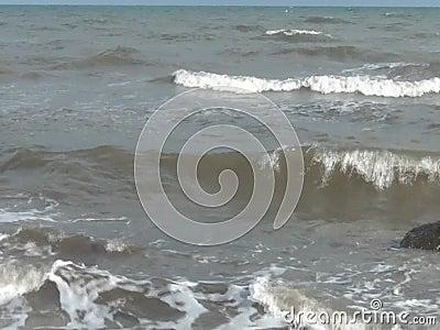 Κύματα που κυλούν επάνω στην παραλία απόθεμα βίντεο