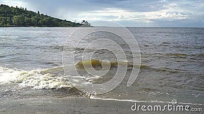 Κύμα θαλάσσης, ψυχρός αφρός και διαυγής Φυσικό υπόβαθρο θαλασσίων υδάτων με αφρό Κλασικό μπλε χρώμα φάντασμα συστροφή απόθεμα βίντεο