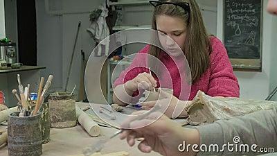 Κύρια τάξη για παιδιά στη μοντελοποίηση πήλινου Εργαστήριο κεραμικής απόθεμα βίντεο