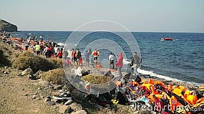 ΛΈΣΒΟΣ, ΕΛΛΑΔΑ - 5 ΝΟΕΜΒΡΊΟΥ 2015: Άνθρωποι που οργανώνονται στην πλησιάζοντας βάρκα με τους πρόσφυγες