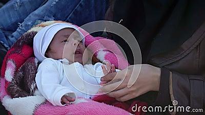 ΛΈΣΒΟΣ, ΕΛΛΑΔΑ - 5 ΝΟΕΜΒΡΊΟΥ 2015: Πρόσφυγες στην παραλία Αραβική γυναίκα με το μωρό