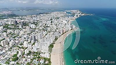 Λευκιά παραλία και η πόλη στο νησί του Πουέρτο Ρίκο απόθεμα βίντεο