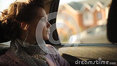 Λυπημένη γυναίκα σε ένα ταξί και να φανεί έξω το παράθυρο