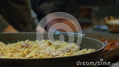 Μάγειρες που προετοιμάζουν τα τσεχικά τρόφιμα φιλμ μικρού μήκους