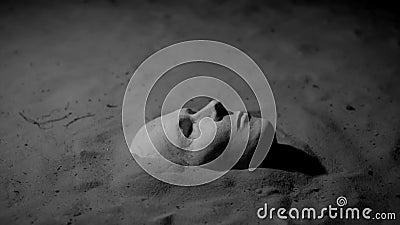 Μάσκα ασβεστοκονιάματος στην άμμο απόθεμα βίντεο