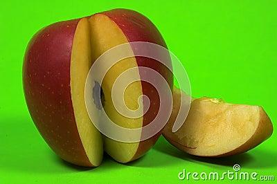 μήλο που τεμαχίζεται