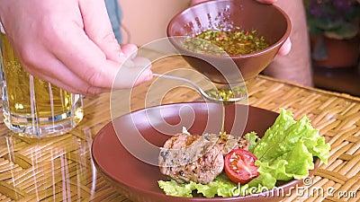 Μαγειρευμένη tenderloin μπριζόλα με το chimichuri στο πιάτο Ακολουθώντας πυροβολισμός απόθεμα βίντεο