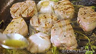 Μαγειρευμένη tenderloin μπριζόλα στο πιάτο Ακολουθώντας πυροβολισμός απόθεμα βίντεο