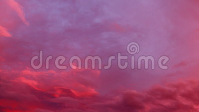 Μαγικά σύννεφα ηλιοβασιλέματος στον ουρανό απόθεμα βίντεο