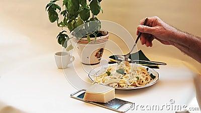 Μακαρόνια - τα γεμισμένα και πικάντικα ζυμαρικά τυλίγονται με ένα πιρούνι και τρώγονται φιλμ μικρού μήκους
