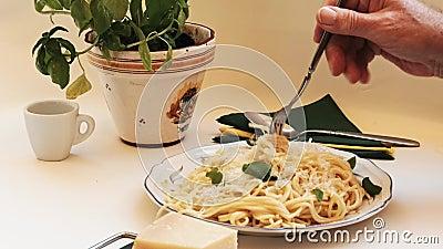Μακαρόνια - τα γεμισμένα και πικάντικα ζυμαρικά τυλίγονται με ένα πιρούνι και τρώγονται απόθεμα βίντεο