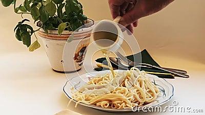 Μακαρόνια - φρέσκα μαγειρεμένα και νοστιμότατα, τυλιγμένα με ελαιόλαδο και καρυκευμένα φιλμ μικρού μήκους