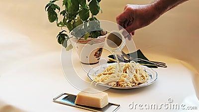 Μακαρόνια - φρέσκα μαγειρεμένα και νοστιμότατα, τυλιγμένα με ελαιόλαδο και καρυκευμένα απόθεμα βίντεο