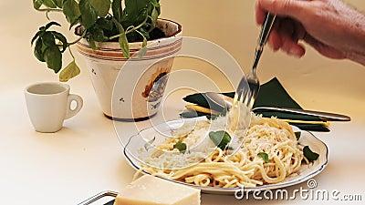Μακαρόνια - φρέσκα μαγειρεμένα και πεντανόστιμα, γεμισμένα με πιρούνι σε πιάτο φιλμ μικρού μήκους