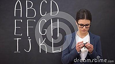 Ματαιωμένος δάσκαλος που παρουσιάζει κενό πορτοφόλι, φτωχή χρηματοδότηση, αλφάβητο στον πίνακα απόθεμα βίντεο