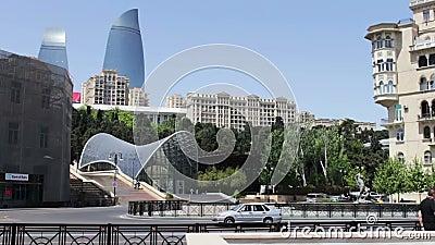 9.2017 ΜΑΪΟΥ - ΑΖΕΡΜΠΑΪΤΖΑΝ, ΜΠΑΚΟΎ: Οι διάσημοι πύργοι ` φλογών ` στο Αζερμπαϊτζάν ` s κύριο Μπακού Υψηλοί και όμορφοι μπλε ουρα απόθεμα βίντεο