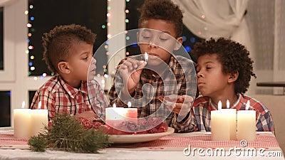 Μαύρα κεριά Χριστουγέννων αγοριών ελαφριά απόθεμα βίντεο