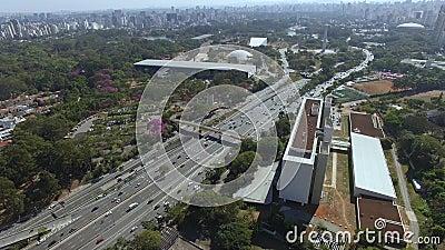 Μεγάλες πόλεις με κίνηση, πάρκα και κτίρια φιλμ μικρού μήκους