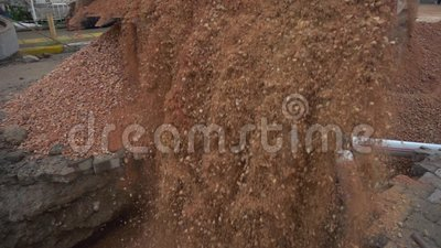 Μεγάλη κίτρινη άμμος και ρύπος φορτωτών χύνοντας σε ένα κοίλωμα απόθεμα βίντεο