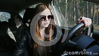Μεθυσμένη θηλυκή μπύρα κατανάλωσης οδηγών στο αυτοκίνητο, πτώσεις κοιμισμένες στη ρόδα φιλμ μικρού μήκους
