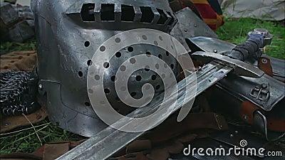 Μεσαιωνικός στενός επάνω ξιφών - φωτογραφική διαφάνεια καμερών απόθεμα βίντεο