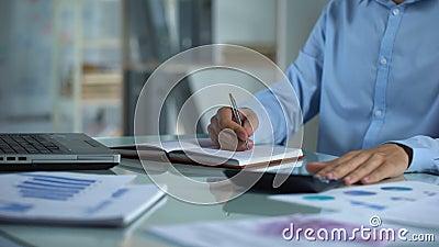 Μετρώντας υπολογιστής διευθυντών επιχείρησης και σημειωματάριο γραψίματος, έκθεση πωλήσεων, πρόγραμμα απόθεμα βίντεο