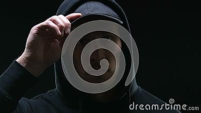 Με κουκούλα μέλος συμμοριών που φαίνεται απειλητικά στη κάμερα, που προετοιμάζεται διανοητικά για το έγκλημα φιλμ μικρού μήκους