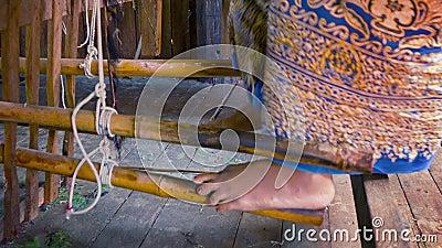Μηχανισμός πενταλιών του αρχαίου αργαλειού Myanmar απόθεμα βίντεο