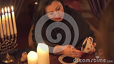Μια γυναίκα που λέει την τύχη στο σκοτεινό δωμάτιο με πολλά κεριά δίνει μια εξήγηση για το μέλλον και την πρόβλεψη της μοίρας σε  φιλμ μικρού μήκους
