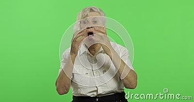 Μια ηλικιωμένη κραυγή γυναικών και κυματισμός με τα χέρια Παλαιά χαμόγελα γιαγιάδων E φιλμ μικρού μήκους