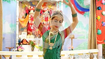 Μια καλή νέα γυναίκα στο παραδοσιακό κοστούμι χορού φιλμ μικρού μήκους