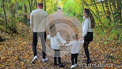 Μια οικογένεια τεσσάρων ατόμων που περπατάνε μέσα στο δάσος... ...τους καταλαμβάνει ένας ποδηλάτης. φιλμ μικρού μήκους