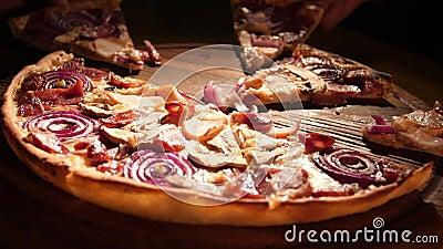 Μια παρέα φίλων μαζεύει τα κομμάτια της ιταλικής πίτσας απόθεμα βίντεο