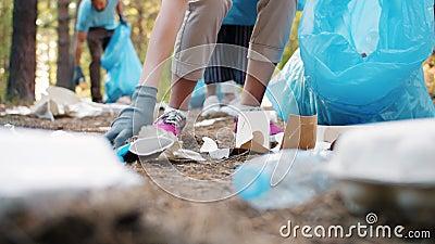 Μικρός αριθμός φιλικών προς το περιβάλλον νέων που συλλέγουν σκουπίδια σε πάρκα βάζοντας σακούλες φιλμ μικρού μήκους