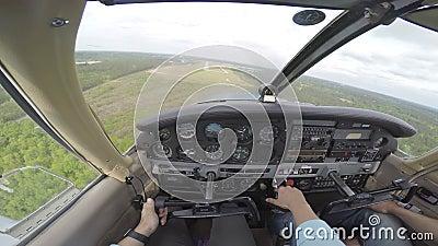 Μικρό αεροπλάνο που προσγειώνεται από το πιλοτήριο φιλμ μικρού μήκους