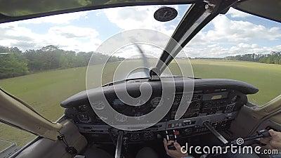 Μικρό αεροπλάνο που προσγειώνεται από το πιλοτήριο απόθεμα βίντεο