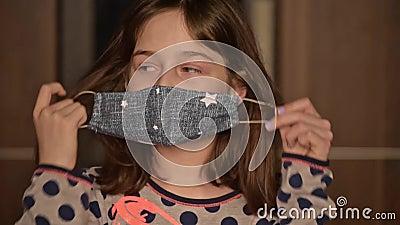 Μικρό κορίτσι με προστατευτική ιατρική μάσκα Παραμονή στο σπίτι Coronavirus ή COVID-19 Χαριτωμένο κορίτσι με προστατευτική μάσκα  φιλμ μικρού μήκους